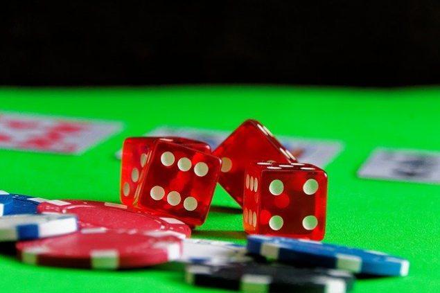 Würfel und Chips als Sinnbild für Glückspiel