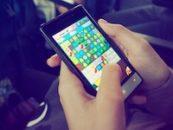 Handy spielen in der Mittagspause