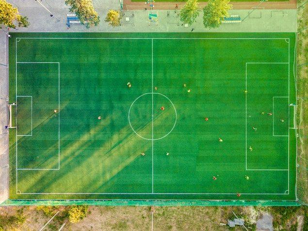 Blick auf ein Fussball Feld als Sinnbild für Sportwetten im Fußball